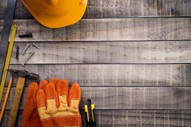 Dia do trabalhador, muitas ferramentas úteis em fundo de madeira Foto Premium