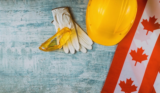 Dia do trabalho com bandeira e luvas canadenses Foto Premium