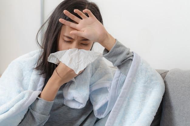Dia doente em casa. mulher asiática tem escorrendo e resfriado comum. Foto Premium