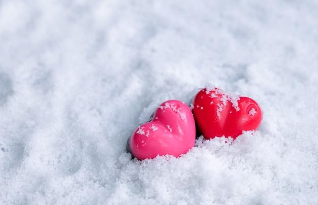 Dia dos namorados amante de corações de chocolate na neve. Foto Premium