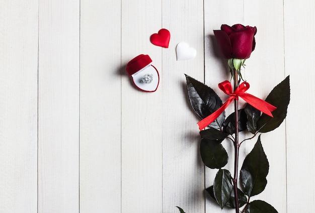 Dia dos namorados casa comigo anel de noivado de casamento em caixa com presente rosa vermelha Foto gratuita