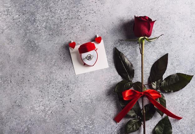 Dia dos namorados casa comigo anel de noivado de casamento em caixa com rosa vermelha Foto gratuita