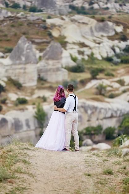 Dia dos namorados casal apaixonado na natureza abraços e beijos, homem e mulher se amam. Foto Premium