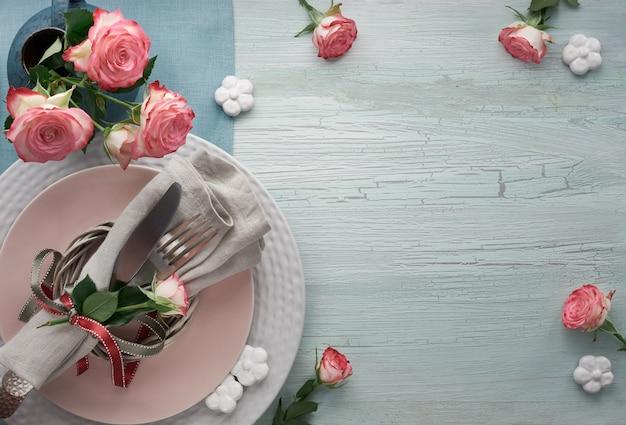 Dia dos namorados, configuração de tabela de aniversário ou aniversário, vista superior na mesa rústica de luz, cópia espaço Foto Premium