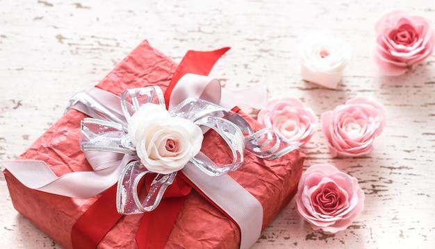 Dia dos namorados e dia das mães conceito, caixa de presente vermelha Foto Premium