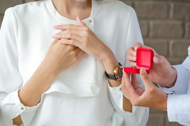 Dia dos namorados homem anel de casamento para menina. Foto Premium