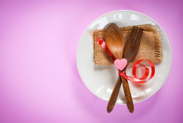 Dia dos namorados jantar comida de amor romântico e conceito de cozinha de amor cenário de mesa romântico decorado com colher de pau de madeira e coração ... Foto Premium