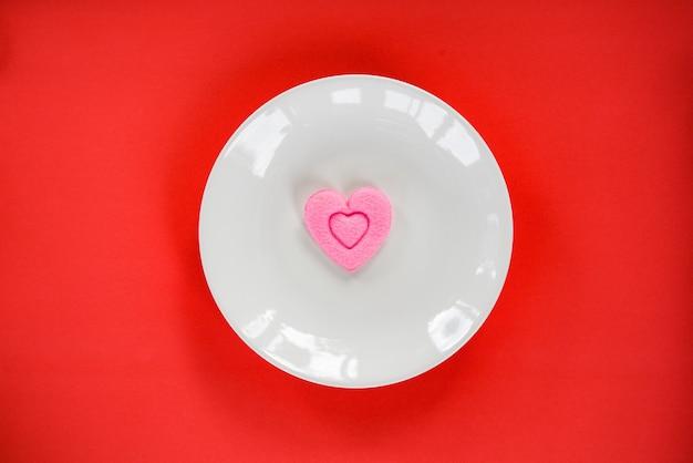 Dia dos namorados jantar romântico amor comida cozinhar coração rosa no prato Foto Premium