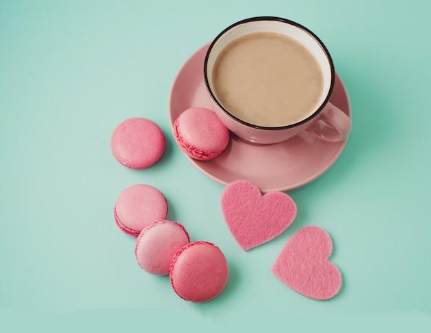 Dia dos namorados. macaroons rosa e corações Foto Premium