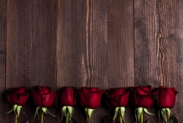 Dia dos namorados womens mães dia vermelho rosa surpresa de presente em madeira escura Foto gratuita
