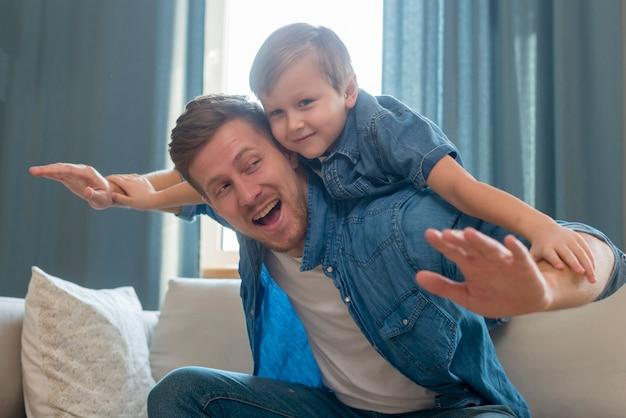 Dia dos pais pai segurando o filho nas costas Foto gratuita