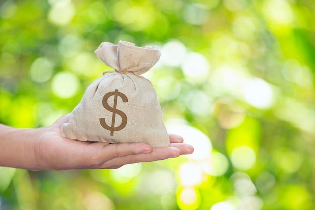 Dia mundial do habitat, saco de moedas disponível Foto gratuita