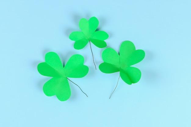 Dia verde do st. patricks do trevo de diy no fundo azul. Foto Premium
