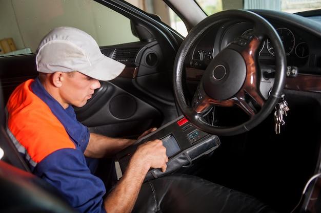 Diagnóstico de carro mecânico a direção Foto Premium
