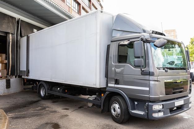 Diagonak, vista, de, cinzento, caminhão, entregar, alimento, produtos, em, loja Foto Premium