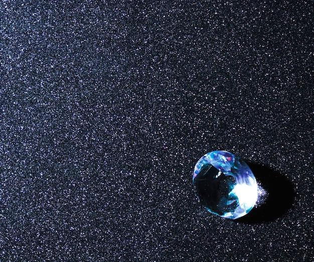 Diamante azul brilhante sobre o fundo de brilho Foto Premium