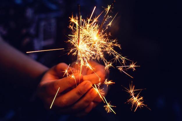 Diamante de natal, ano novo nas mãos de mulher. Foto Premium