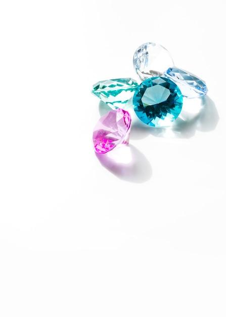 Diamantes coloridos isolados no fundo branco Foto gratuita