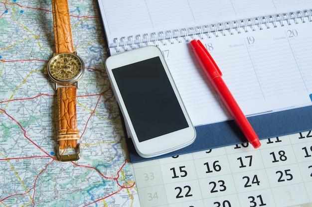 Diário e um calendário com horas, mapa Foto Premium