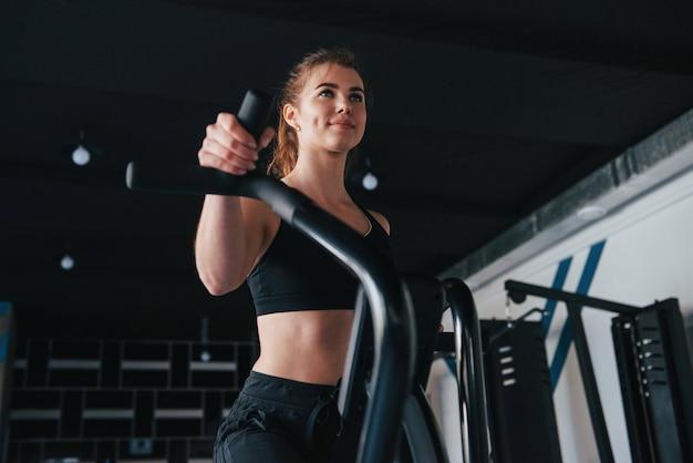 Dias de fitness. linda mulher loira na academia no fim de semana Foto gratuita