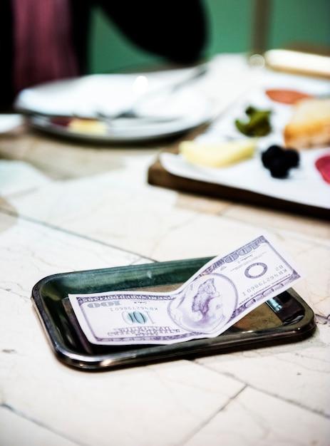 Dica na mesa de jantar Foto gratuita