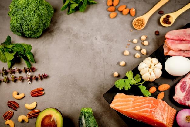 Dieta cetogênica, baixo teor de carboidratos e ceto. nutrição e contagem de calorias para fibras, proteínas e gorduras. programa de perda de peso. comida paleo. Foto Premium