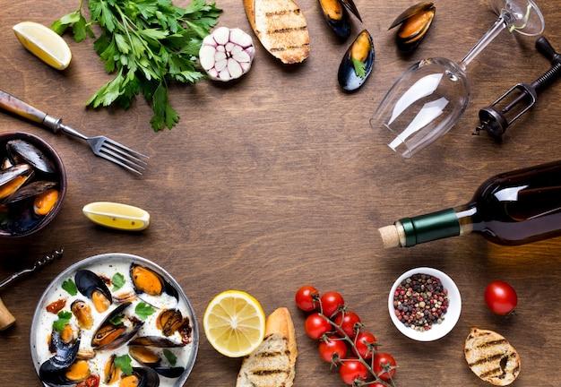 Dieta mediterrânea de quadro plano comida com mexilhões Foto gratuita