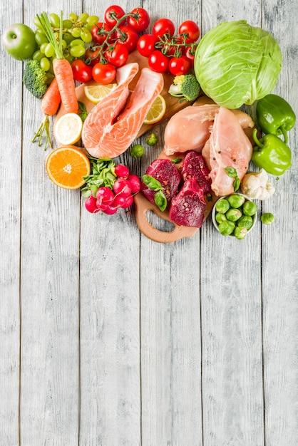 Dieta pegan na moda, carne, ovos, frutos do mar, produtos lácteos e vários legumes frescos Foto Premium