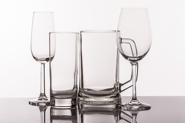 Diferentes copos transperentes para bebidas Foto gratuita