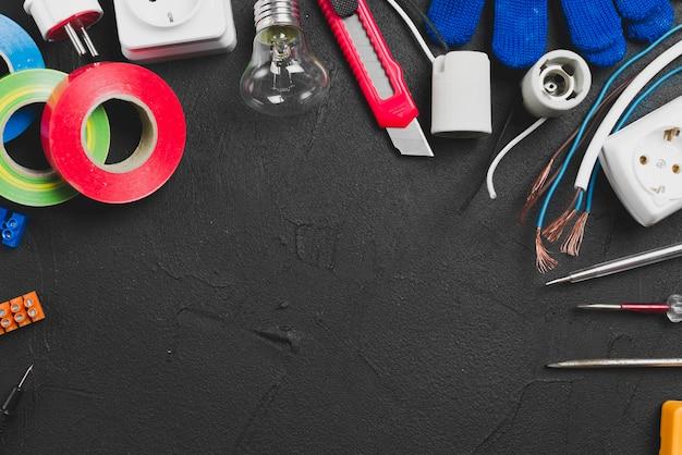 Diferentes ferramentas elétricas na mesa Foto gratuita