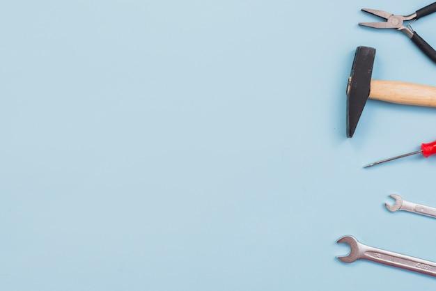 Diferentes ferramentas na mesa azul Foto gratuita