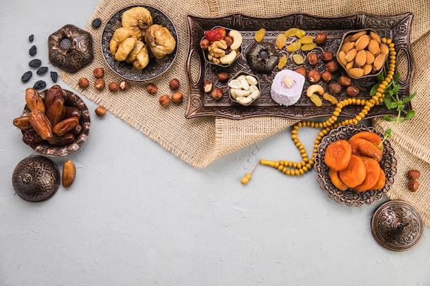 Diferentes frutas secas e nozes na lona Foto Premium