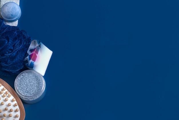Diferentes itens de cuidado corporal em azul Foto gratuita