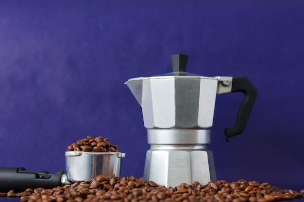Diferentes métodos de preparação de café no fundo violeta. coffee tamper vs moka pot Foto Premium