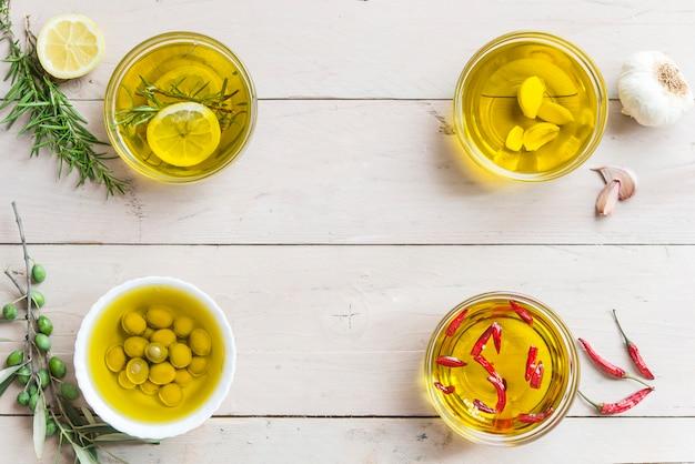 Diferentes óleos alecrim e limão, frio, alho e azeitona Foto Premium