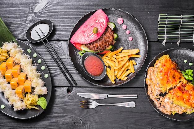 Diferentes pratos asiáticos no restaurante Foto gratuita