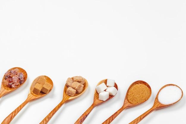 Diferentes tipos de açúcar nas colheres Foto Premium