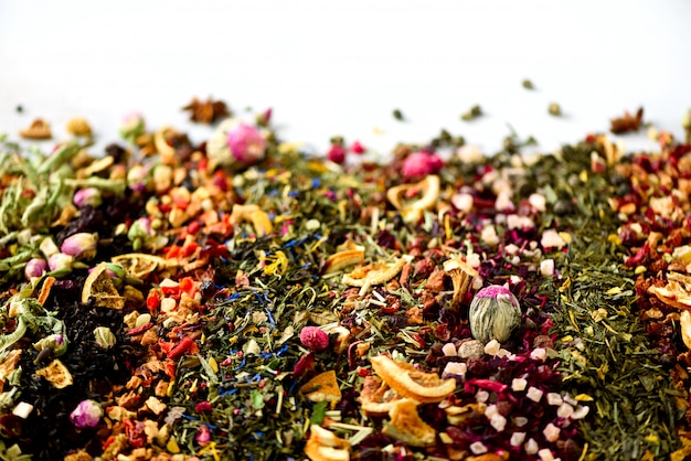 Diferentes tipos de chá: verde, preto, floral, ervas, hortelã, melissa, rosa, hibisco, centáurea. Foto Premium