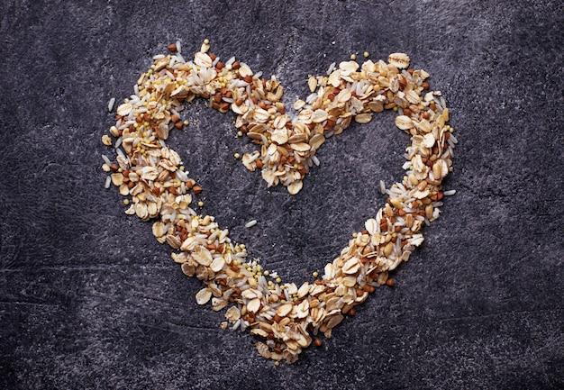 Diferentes tipos de grãos: arroz, trigo, aveia, aveia, trigo mourisco. Foto Premium