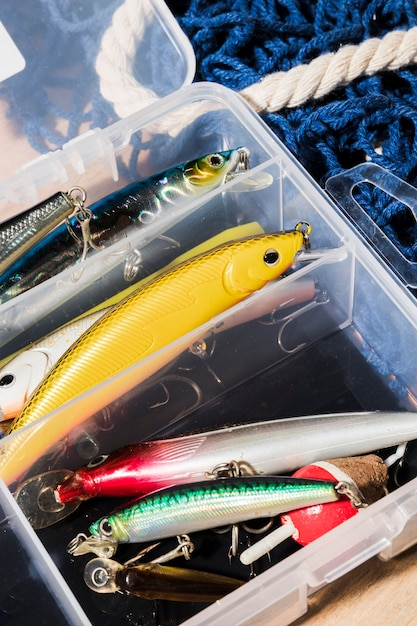 Diferentes tipos de iscas de pesca no recipiente branco Foto gratuita