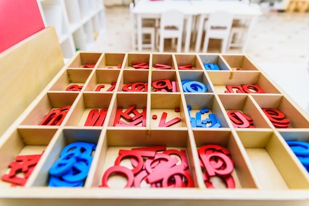 Diferentes tipos de material educacional montessori Foto Premium