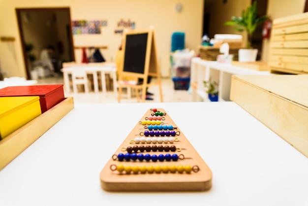 Diferentes tipos de material educativo montessori para usar em escolas para crianças na escola primária. Foto Premium