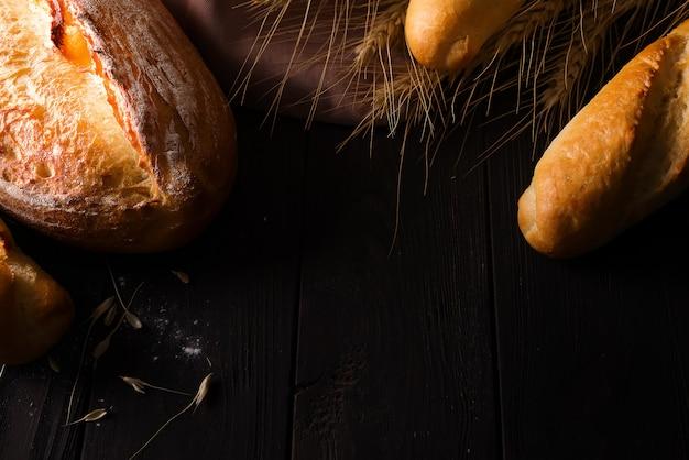 Diferentes tipos de pã £ o com cereais isolados Foto Premium