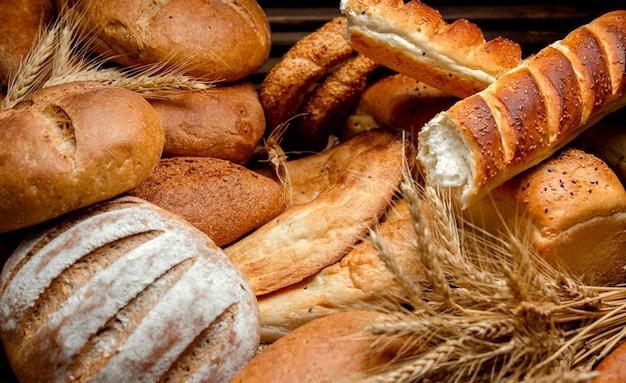 Diferentes tipos de pão feitos de farinha de trigo Foto gratuita