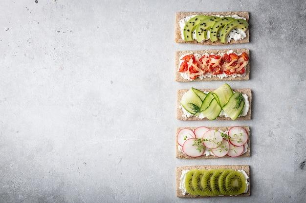 Diferentes tipos de sanduíches coloridos Foto Premium