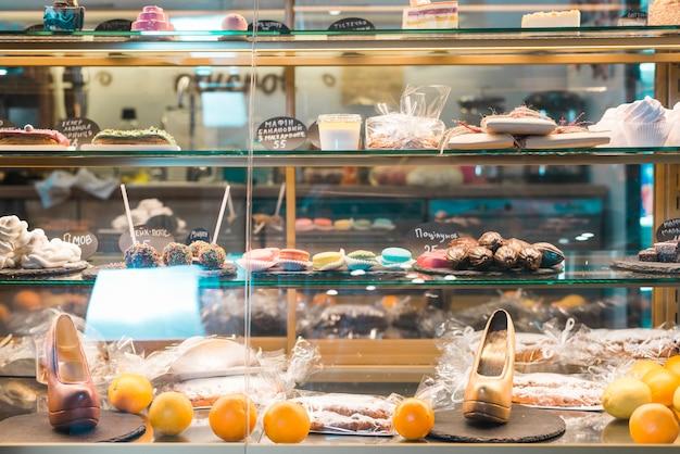 Diferentes tipos de sobremesas no armário de vidro Foto gratuita