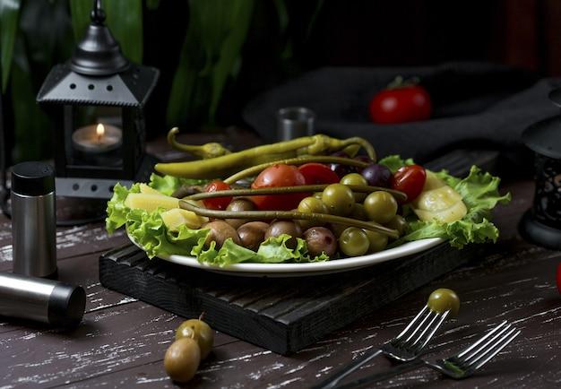 Diferentes tipos de turshu marinado, bagas e frutas Foto gratuita