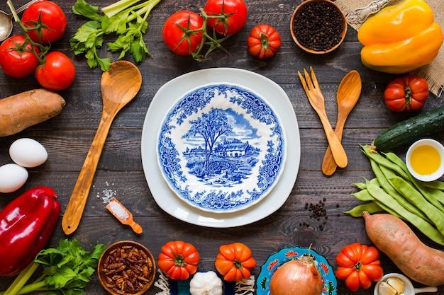 Diferentes tipos de vegetais, em uma mesa de madeira velha Foto Premium