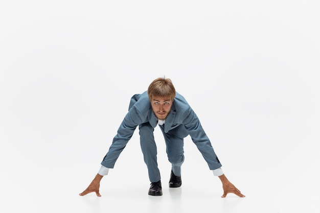 Digitando. homem com roupa de escritório correndo, correndo no espaço em branco como atleta profissional, esportista. invulgar procura empresário em movimento, ação com bola. esporte, estilo de vida saudável, criatividade. Foto gratuita