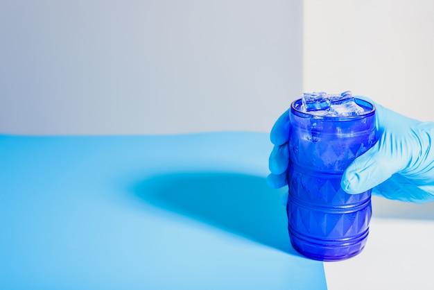 Dilema de beber bebidas alcoólicas sozinho ou na empresa para evitar o alcoolismo, fundo de estudo sem foco. Foto Premium